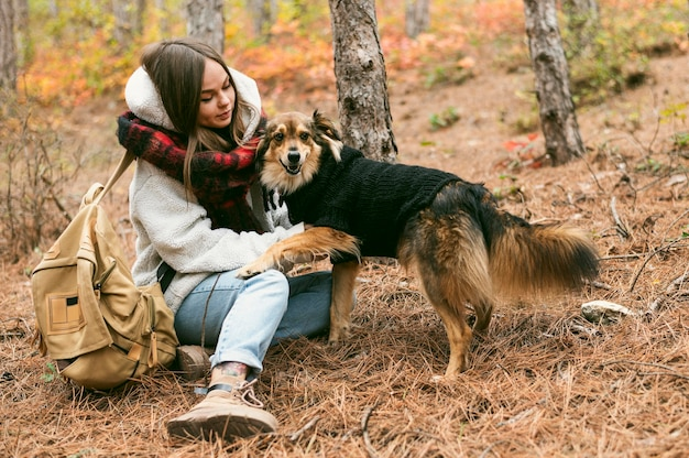 Junge frau, die zeit zusammen mit ihrem hund verbringt Kostenlose Fotos