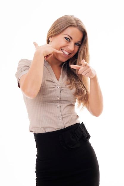 Junge frau flirtet und macht die telefongeste mit ihrer hand. hey, ruf mich an Kostenlose Fotos