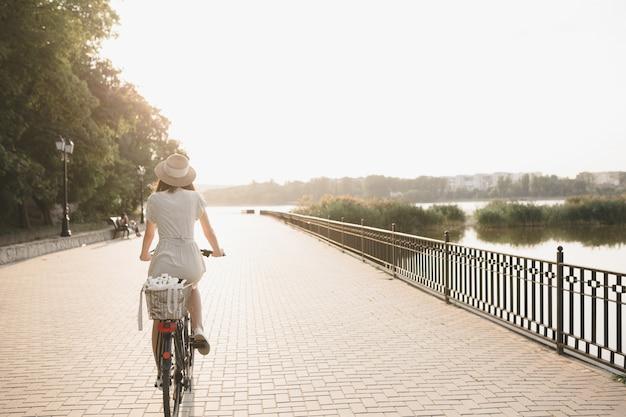 Junge frau gegen naturhintergrund mit fahrrad Kostenlose Fotos
