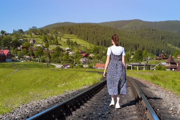 Junge frau geht entlang die eisenbahnlinien. Premium Fotos