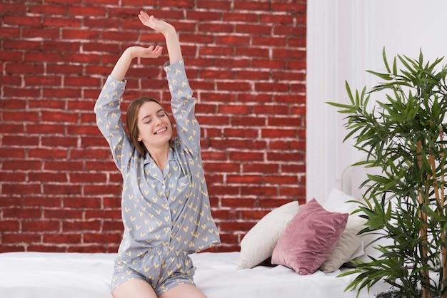 Junge frau im bett aufwachen | Premium-Foto