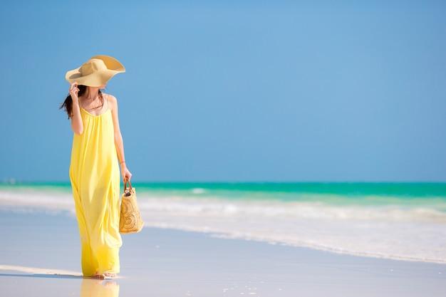 Junge frau im hut während der tropischen strandferien Premium Fotos