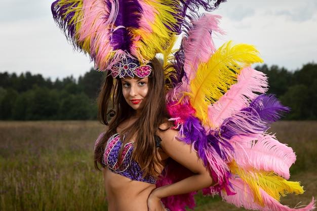 Junge frau im karnevalskostüm im freien Premium Fotos