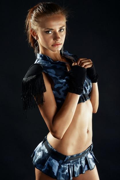 Junge frau im sexy militärkostüm mit minirock Premium Fotos