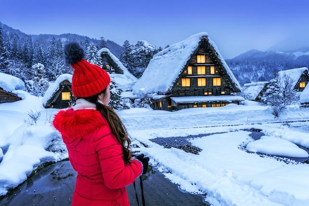 Junge frau im shirakawa-go-dorf im winter, japan. Kostenlose Fotos