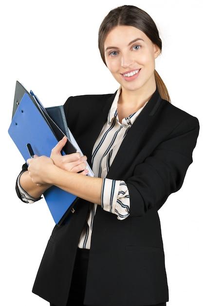 Junge frau in der formalen ausstattung, die einen stapel dokumente lokalisiert auf weißem hintergrund hält Premium Fotos