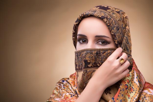 Junge frau in der traditionellen moslemischen kleidung Premium Fotos