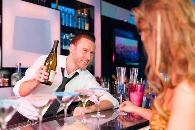Junge frau in trinkendem champagner des clubs oder der bar Premium Fotos