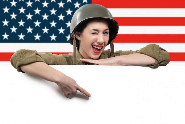 Junge frau kleidete in der amerikanischen militäruniform ww2 an Premium Fotos