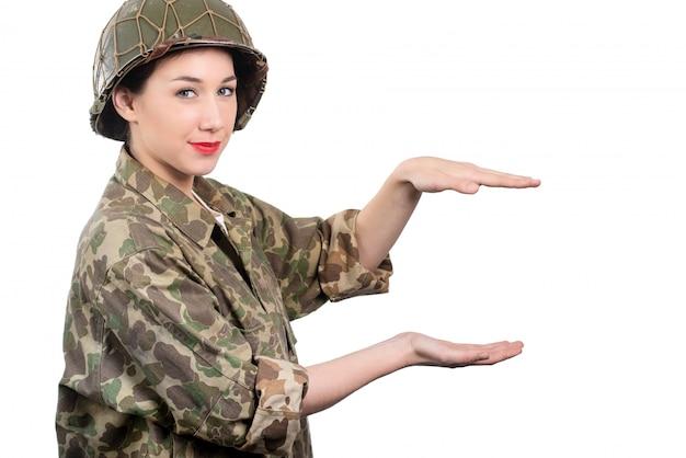 Junge frau kleidete in der amerikanischen militäruniform ww2 mit sturzhelm an Premium Fotos