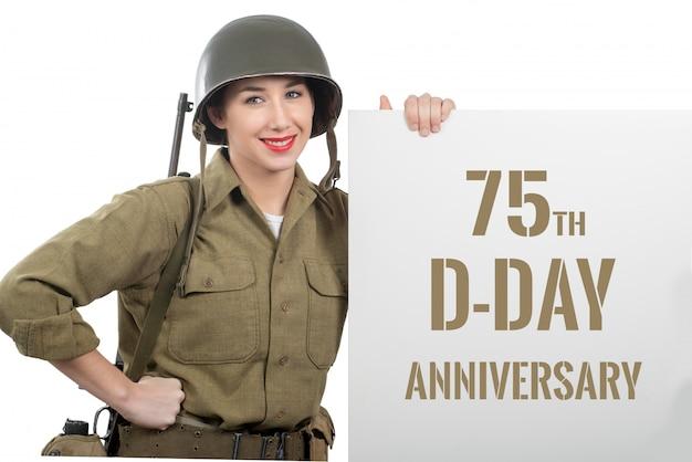 Junge frau kleidete in uns wwii-militäruniform mit sturzhelm an Premium Fotos