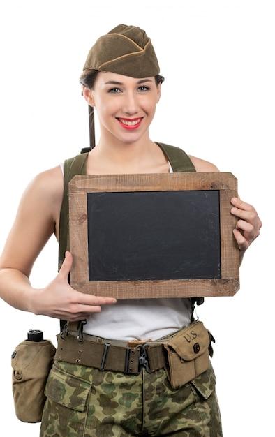 Junge frau kleidete in us-militäruniform ww2 mit kappenvertretung an Premium Fotos