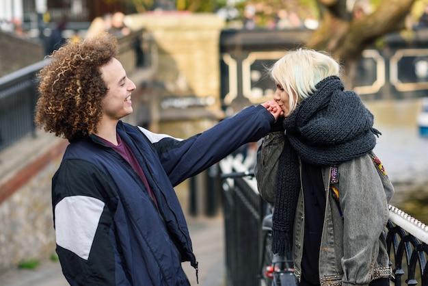 Junge frau küsst die hand ihres freundes in camden town little venice, Premium Fotos