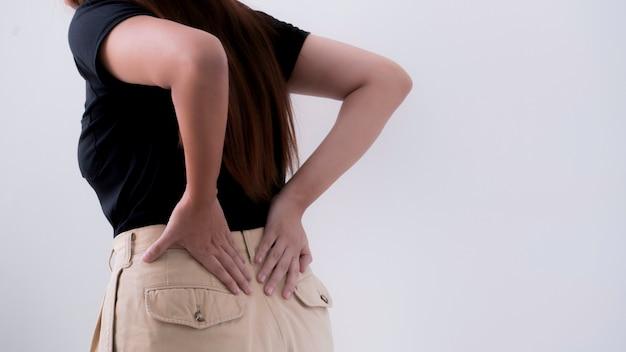 Junge frau leiden unter rückenschmerzen, bürosyndromkonzept. Premium Fotos