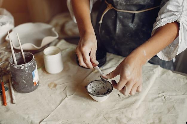 Junge frau macht keramik in der werkstatt Kostenlose Fotos