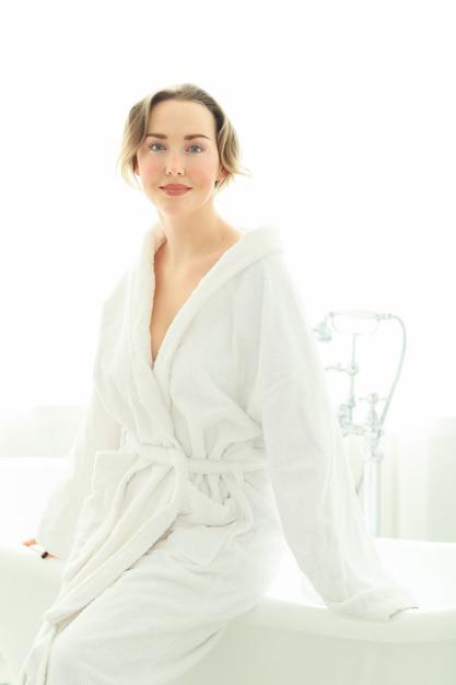 Junge frau mit bademantel nach der dusche Kostenlose Fotos