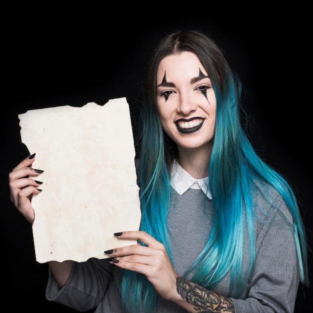 Junge frau mit dem blauen haar, das papier hält Kostenlose Fotos