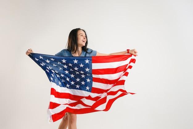 Junge frau mit der flagge der vereinigten staaten von amerika Kostenlose Fotos