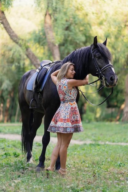 Junge frau mit einem pferd | Kostenlose Foto