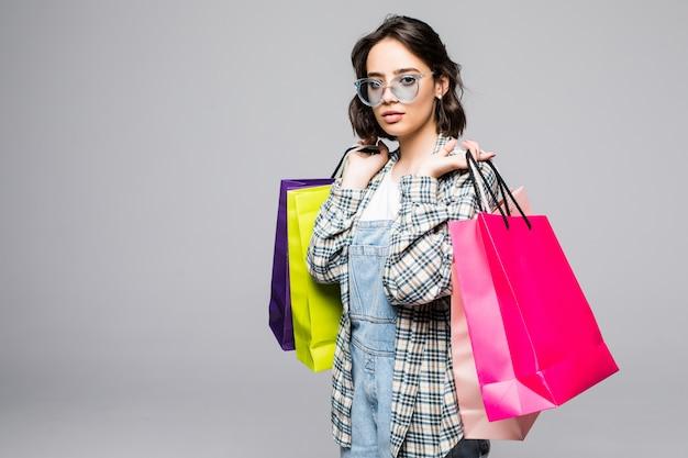 Junge frau mit einkaufstüten. verkaufskonzept Kostenlose Fotos