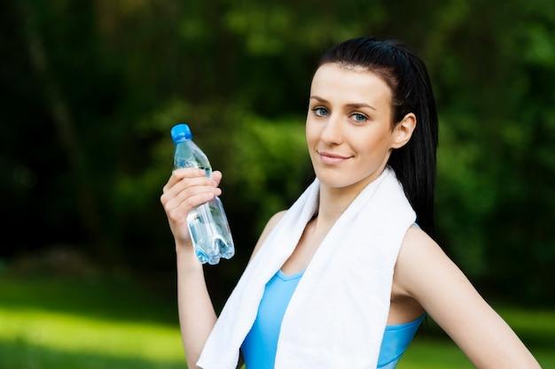 Junge frau mit flasche wasser Kostenlose Fotos