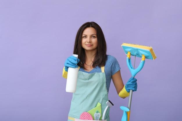 Junge frau mit gummihandschuhen, bereit zu reinigen Kostenlose Fotos