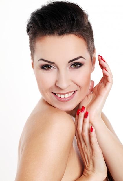 Junge frau mit haarschnitt und abendmake-up Kostenlose Fotos