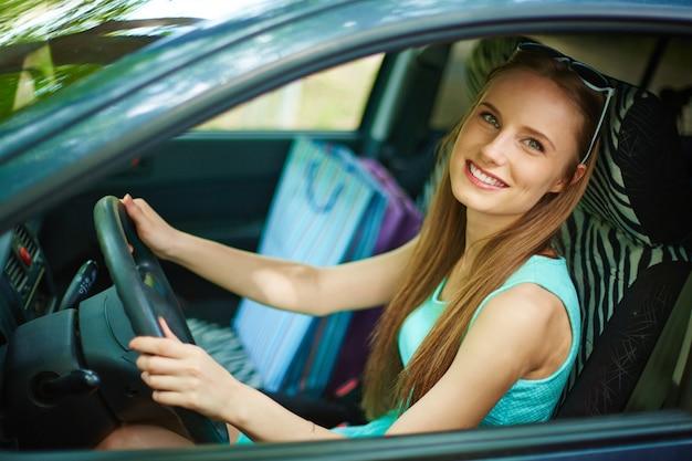 Junge frau mit ihrem auto zu fahren Kostenlose Fotos