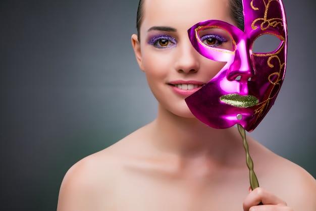 Junge frau mit karnevalsmaske Premium Fotos