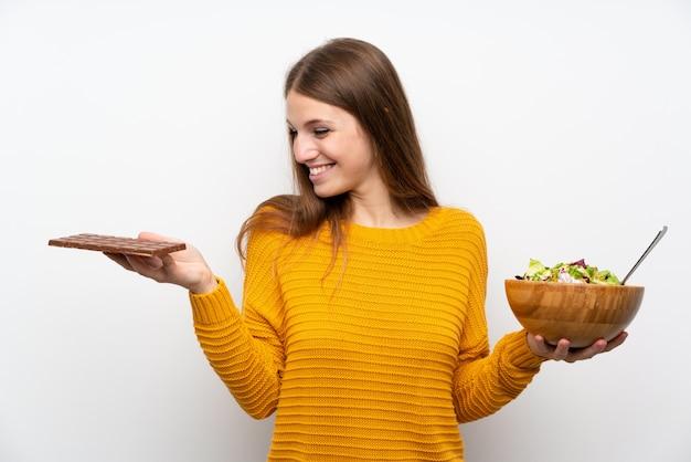 Junge frau mit langen haaren mit salat Premium Fotos
