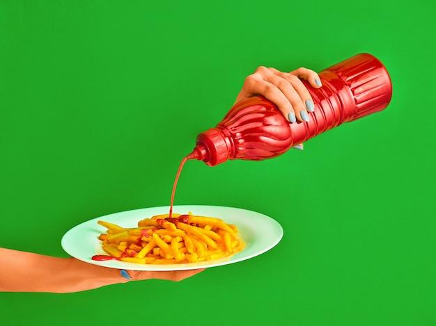 Junge frau mit platte der pommes-friteskartoffel und -ketschups Kostenlose Fotos