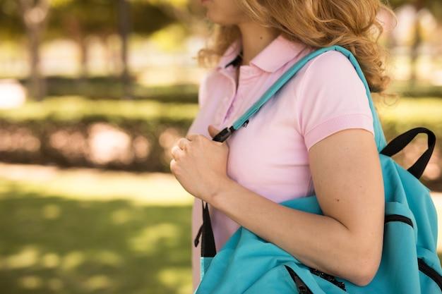 Junge frau mit rucksack im park Kostenlose Fotos