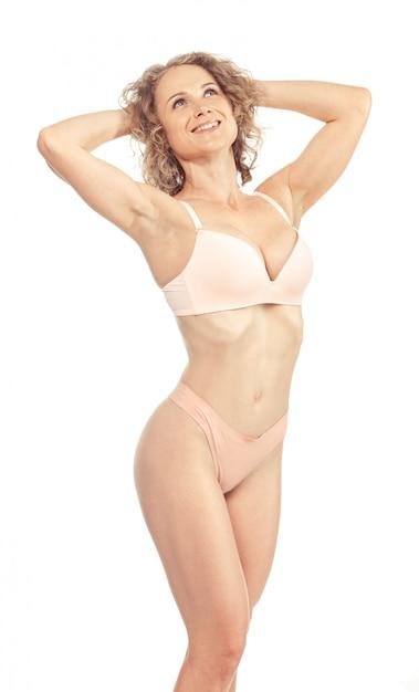 Junge frau mit schönem dünnem perfektem körper im bikini Premium Fotos