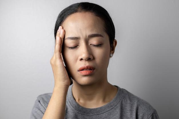 Junge frau mit stress und kopfschmerzen. Premium Fotos