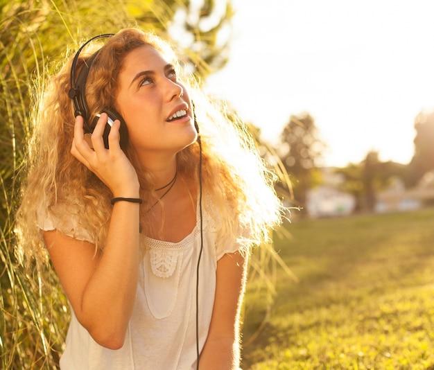 Junge frau, musik hören und nachschlagen Kostenlose Fotos