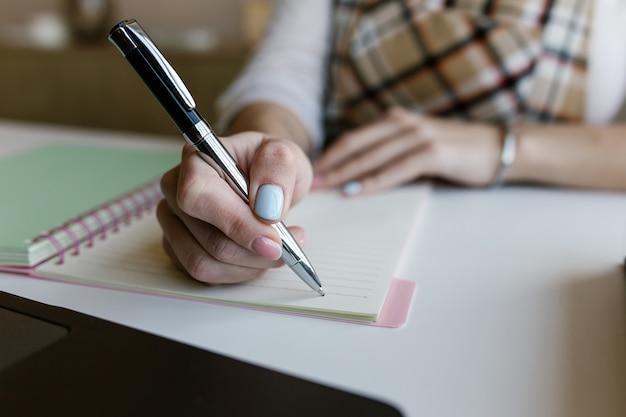 Junge frau, student e-learning fernlehrgang arbeit zu hause büro und schreiben von inhalten Premium Fotos