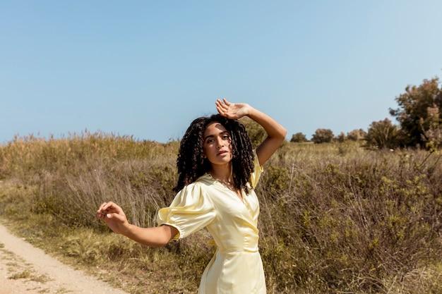 Junge frau tanzt in der natur Kostenlose Fotos