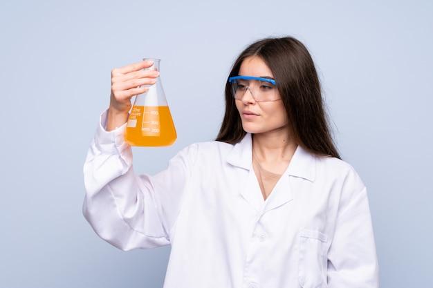 Junge frau vorbei getrennt mit einem wissenschaftlichen reagenzglas Premium Fotos