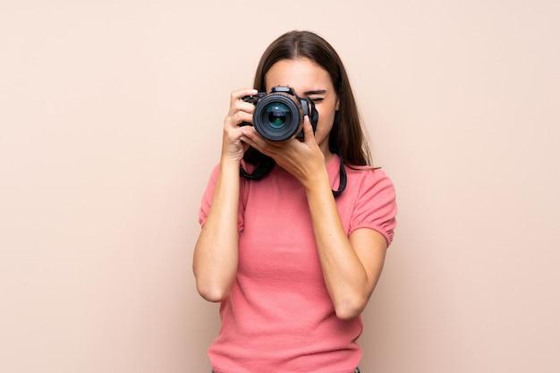 Junge frau vorbei getrennt mit einer berufskamera Premium Fotos