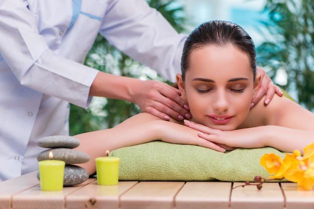 Junge frau während der massagesitzung Premium Fotos