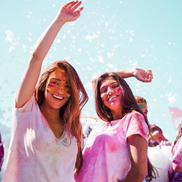 Junge frauen, die das holi festival tanzen und genießen Kostenlose Fotos