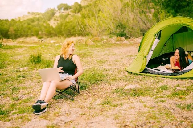 Junge frauen, die im wald kampieren Kostenlose Fotos