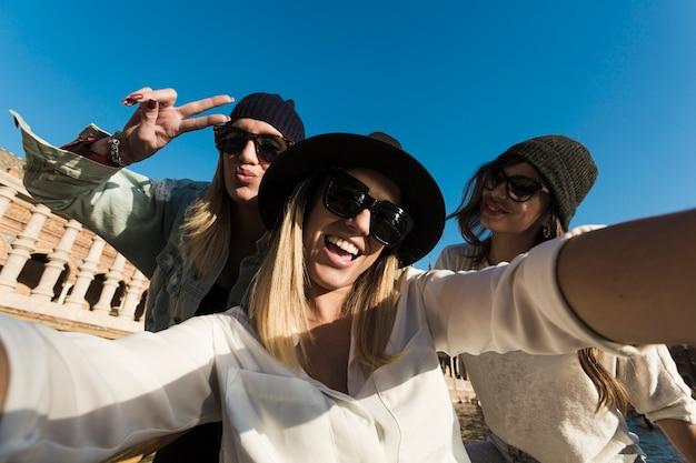Junge frauen, die selfie während der reise nehmen Kostenlose Fotos