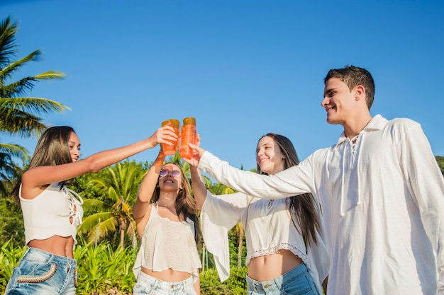 Junge freunde auf party Kostenlose Fotos