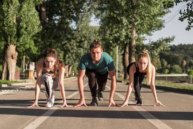 Junge freunde bereit zu laufen Kostenlose Fotos