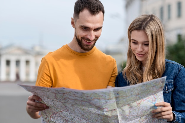 Junge freunde, die auf einer karte suchen Kostenlose Fotos
