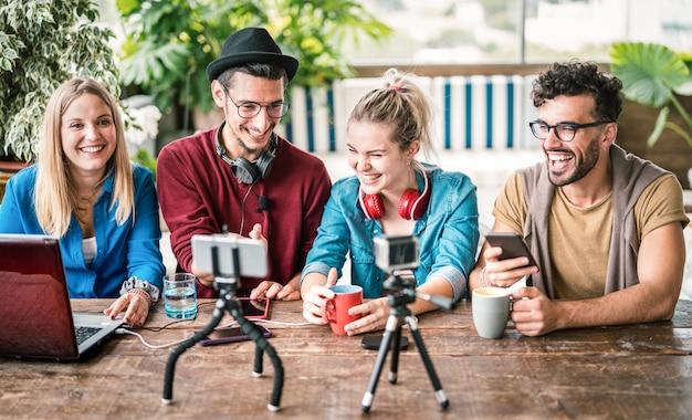 Junge freunde gruppe teilen informationen auf streaming-plattform mit webcam Premium Fotos