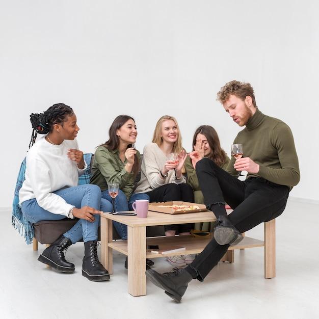 Junge freunde trinken wein Kostenlose Fotos