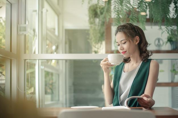 Junge geschäftsfrau, die an in ihrem büro arbeitet. Premium Fotos