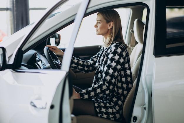 Junge geschäftsfrau, die ein auto wählt Kostenlose Fotos